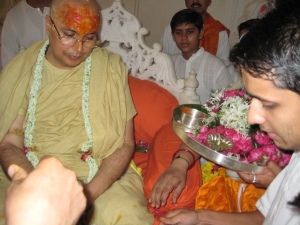 Puja to Shri Sadgurudev Ji Maharaj by the Ashram Pujaris