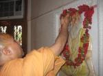Shri Sadgurudev Ji Maharaj performs Puja to Shri Parama Gurudev Ji Maharaj before ascending the Sinhasan