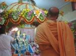 Shri Sadgurudev Ji Maharaj having darshan of Shringaar Aarati of Thaakur Shri Shri Radha Golokavihari Ji Bhagavan