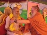 Shri Palaniswami offers a garland to the Jagadguru Nimbarkacharya Shri Shriji Maharaj