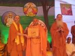 Shri Sadgurudev Ji Maharaj being recognised as the Hindu of the Year 2009 by the pontiff of the Kauaii Aadheenam, Shri Bodhinatha Veylanswami and the Paramacharya Shri Palaniswami