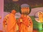 Swami Shri Govind Dev Giriji Maharaj honouring Shri Sadgurudev Ji Maharaj