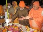Swami Chinmayanand of Saptrishi Ashram with Sadgurudevji Maharaj & Swami Swaroopanand Ji performing Abhishek to Lord Shiva